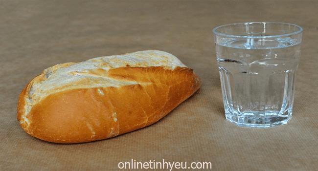 Một cốc nước lạnh và một vài mẩu bánh mì