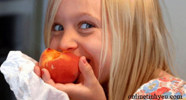 Cô bé và trái táo